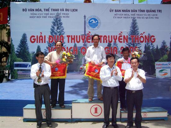 Ông Nguyễn Hữu Thông (trái)-Trưởng đoàn Bình Thuận nhận giải nhì toàn đoàn.